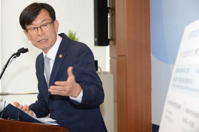 김상조 공정거래위원장이 공정거래법 개정안을 설명하고 있다.