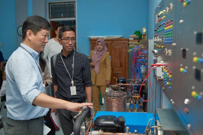 LG전자와 리바치 인터내셔날이 지난 24일 인도네시아 자카르타 뜨븟(Tebet) 지역에 위치한 청소년직업교육복지관에서 취약계층 청소년의 자립을 위한 교육지원 협약을 맺었다. 자카르타 현지 강사가 가전과 휴대폰 수리방법을 교육하고 있다.