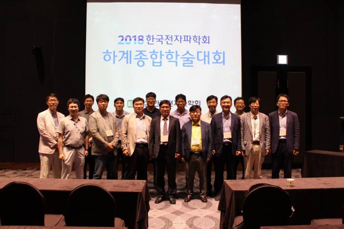 한국전자파학회는 24일부터 이틀간 제주도 라마다 프라자 호텔에서 2018 하계종합학술대회를 개최했다. 이범선 학회장(앞줄 네번째)를 비롯한 관계자가 기념촬영했다.