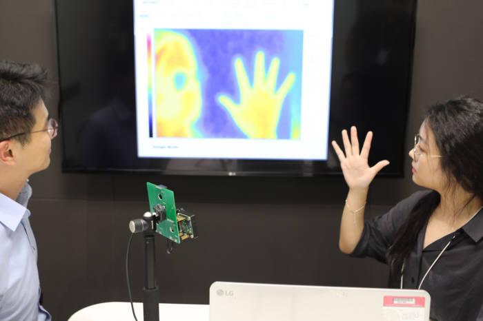 열화상 카메라 모듈을 테스트하고 있는 모습(제공: LG이노텍)