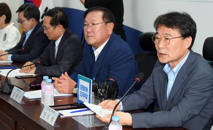 이달 19일 열린 당정청회의에 참석한 장하성 실장(맨 오른쪽) <전자신문DB>