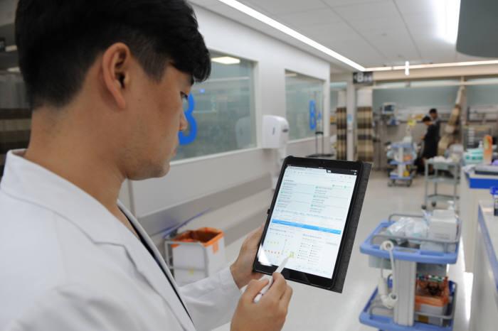세브란스병원 의료진이 SEMS를 통해 응급환자 정보를 확인하고 있다.(자료: 세브란스병원 제공)