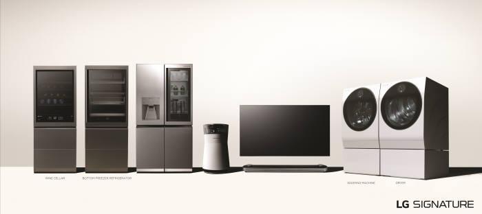LG전자 초프리미엄 가전 LG 시그니처의 전 제품 이미지. 왼쪽부터 와인셀러, 상냉장 하냉동 냉장고, 냉장고, 공기청정기, 올레드 TV, 세탁기, 건조기.