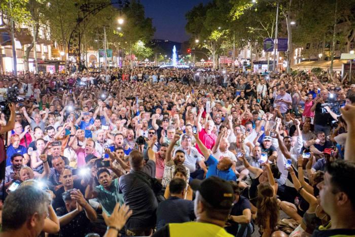 지난 달 스페인 택시기사들이 스마트폰 기반 차량호출 서비스가 생계를 위협한다며 전국적 파업을 벌였다. (출처=EPA 연합뉴스)