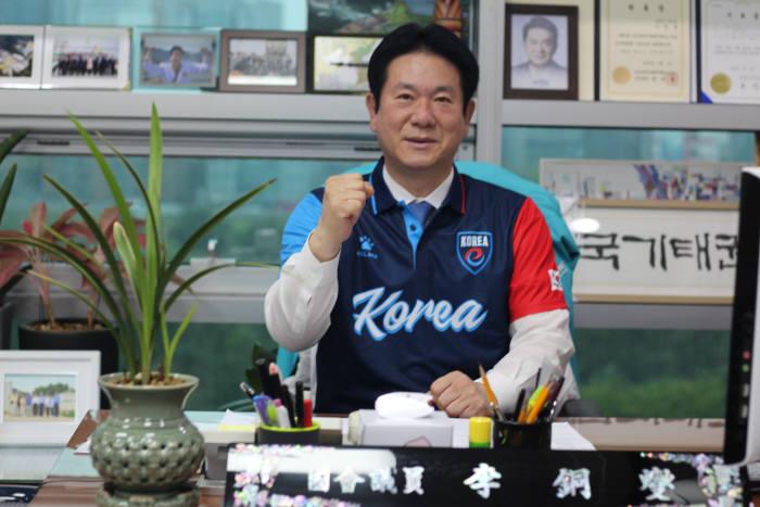 이동섭 바른미래당 의원이 e스포츠 국가대표 유니폼을 입고 포즈를 취하고 있다.