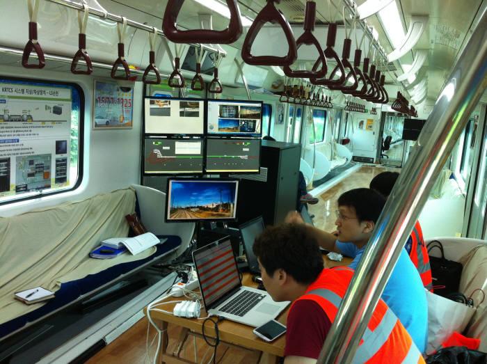 도시철도(지하철)와 일반철도에서 LTE-R 사업을 번갈아 수주해온 SK텔레콤과 KT 외에 최근 서울지하철 2·5호선을 수주한 LG유플러스 참여가 확실시된다. SK텔레콤과 LG유플러스는 서울지하철 사업 관련 소송으로 갈등의 골이 깊어진 만큼 이번 사업 수주 의지가 남다르다. LTE-R 기술 테스트 모습.