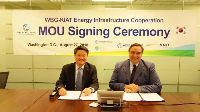 27일(현지시간) 미국 워싱턴에서 김학도 KIAT 원장(왼쪽)과 리까드로 풀리티 세계은행 국장이 개도국 친환경 에너지 인프라 구축 협력 MOU를 교환했다.