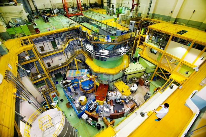 연구용 원자로 하나로의 모습. 원자력연으 하나로 가동 이후 중성자 방사화 분석 기술, 중성자 영상 기술, 방사선 조사 기술 등을 문화재 보존과 복원 및 감정에 적용하고 있다.