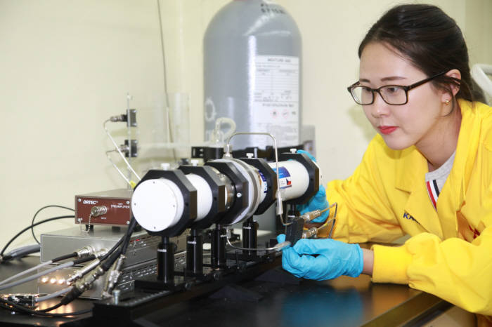원자력연 연구진이 뫼스바우어 분광기를 다루는 모습