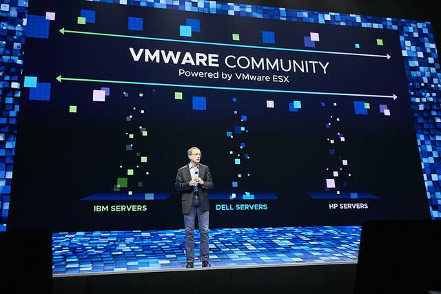 VMware가 27일(현지시간)부터 미국 라스베이거스에서 열린 세계 최대 가상화 및 클라우드 콘퍼런스 VM월드 2018에서 기업이 디지털 비즈니스 이니셔티브를 가속할 수 있도록 인프라, 애플리케이션, 멀티 클라우드에 이르는 포트폴리오를 발표했다. 사진은 팻 겔싱어 VM웨어 최고경영자(CEO)가 기조 연설을 하는 모습.