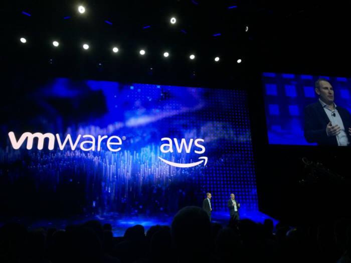 VM월드 2018 기조연설장에서 새로운 서비스인 Amazon Relational Database Service on VMware(아마존 관계형 데이터베이스 온 VM웨어)를 발표하고 있는 팻 겔싱어 VM웨어 최고경영자(CEO)와 앤디 제시 아마존웹서비스(AWS) CEO