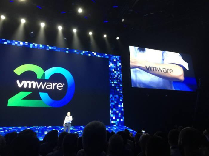 팻 겔싱어 VM웨어 최고경영자(CEO)가 올해 회사 창립 20주년을 맞아 이날 VM월드 2018 콘퍼런스 기조연설에서 자신의 팔에 새긴 기념 헤나를 공개했다.