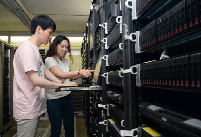 ETRI 연구진이 고속 클라우드 가상 인프라 기반 서비스를 생성하는 모습
