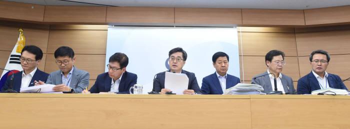 김동연 경제부총리 겸 기획재정부 장관(왼쪽 네번째)이 지난 24일 정부세종청사에서 열린 2019년도 예산안 사전브리핑에서 발언하고 있다.