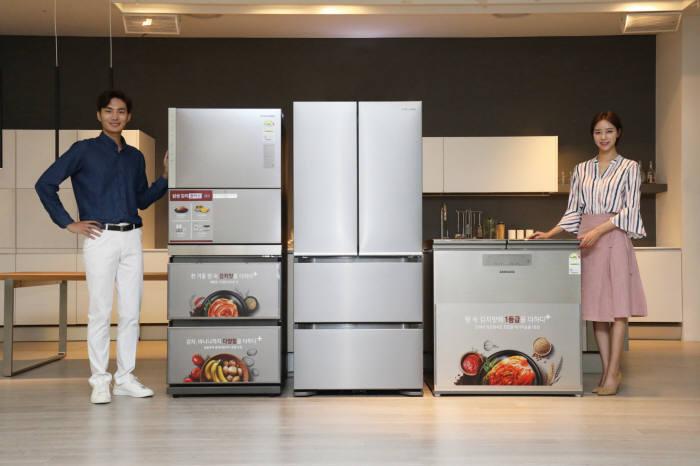 삼성전자 모델이 김치는 물론, 바나나?감자 등 보관이 까다로운 식재료까지 맞춤 보관이 가능한 프리미엄 김치냉장고 2019년형 김치플러스를 소개하고 있다.