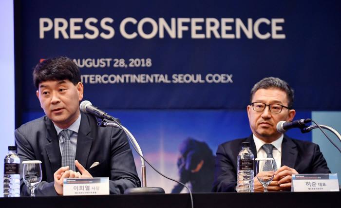 메드트로닉코리아가 주최한 행사에서 기자간담회 질의응답중인 이희열(좌측) 사장, 허준 대표.