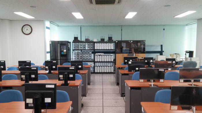 ICT폴리텍대학이 28일 첨단 센서 IoT 제어 실습장을 구축하고 본격적인 운영에 돌입했다.