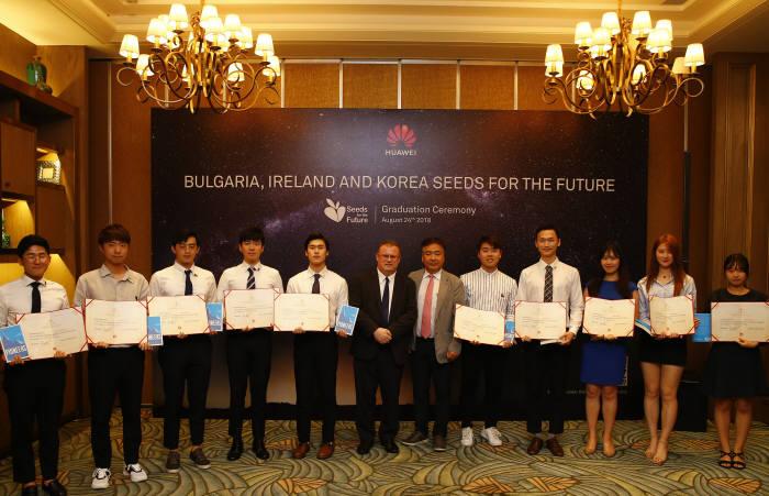 지난 24일 화웨이는 선전 본사에서 ICT 인재 양성 프로그램 코리아 시즈 포 더 퓨처(Korea Seeds for the Future)에 참여한 ICT 전공 대학생 10명에게 수료증을 전달했다.