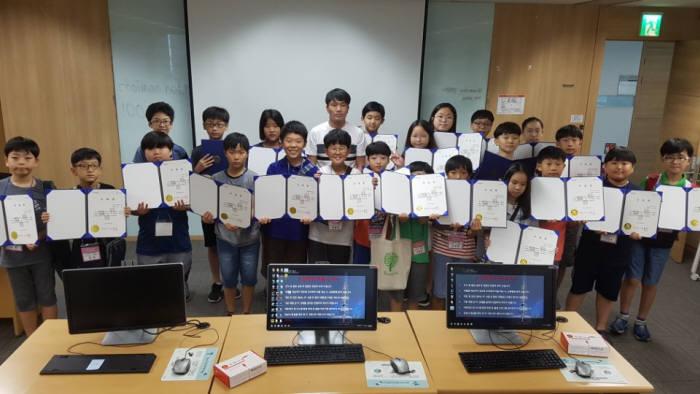 제5회 드림업 SW교육이 서울 가산동 롯데정보통신에서 열렸다. 25일 교육을 수료한 심화반 학생들이 이대열 공주초등학교 교사와 기념촬영했다.