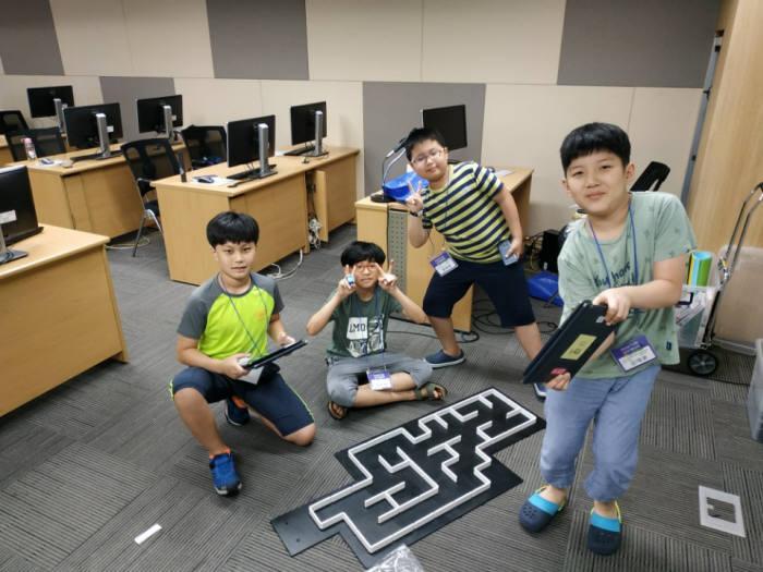 제5회 드림업 SW교육이 서울 가산동 롯데정보통신에서 열렸다. 기초반 학생들이 햄스터로봇 미로 찾기 블록코딩 실습을 했다.
