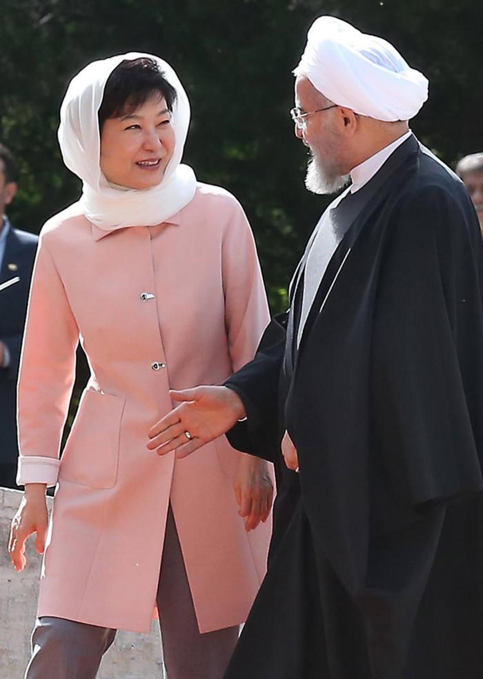 2016년 이란을 방문한 박근혜 전 대통령이 하산 로하니 이란 대통령을 접견하고 있다.(자료: 전자신문 DB)