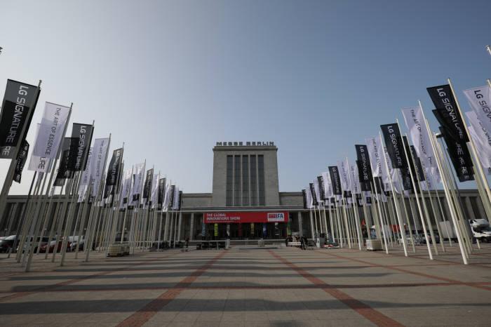 LG전자가 IFA 2018이 열리는 메세 베를린 입구에 초프리미엄 가전 브랜드 LG 시그니처를 알리는 깃발 광고를 대거 설치하고 관람객을 기다린다.