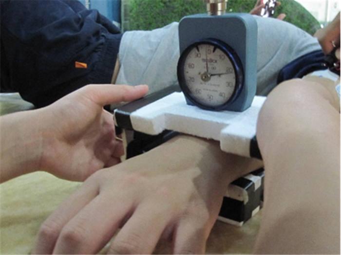KAIST 연구팀이 피험자의 피부경도를 측정하는 모습