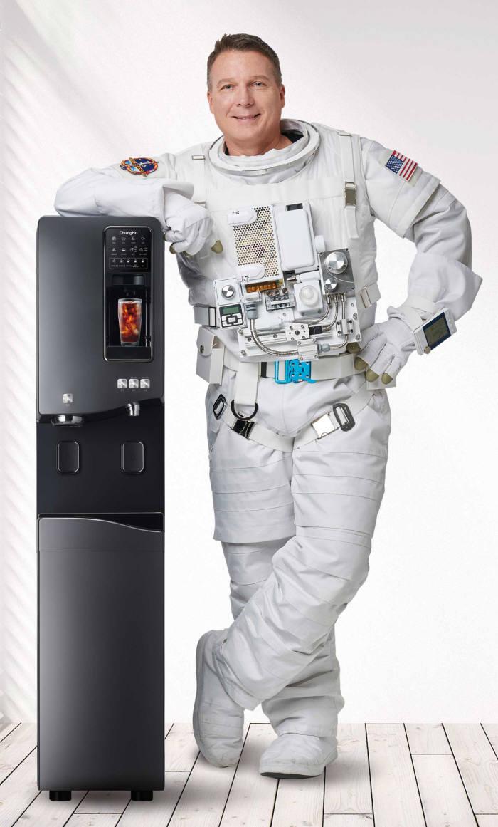 청호나이스(대표 이석호)가 스탠드형 커피얼음정수기 청호 이과수 커피얼음정수기 휘카페 550을 출시했다.