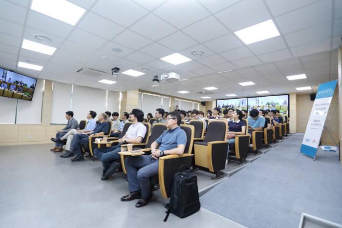SK하이닉스 정보화 담당 송창록 전무의 특별강연이 진행중인 KAIST 원격영상 강의실. 화면을 통해 SK하이닉스 신입생도 실시간으로 수업에 참여하고 있다.