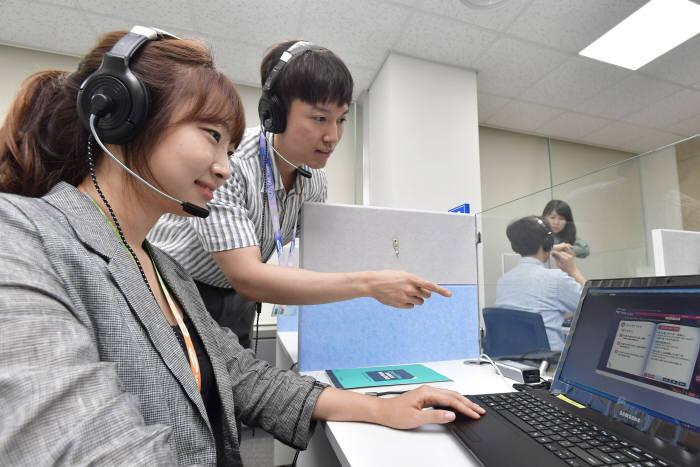삼성SDI 임직원들이 기흥사업장에 새로 구축한 인재개발센터 어학 시험장에서 외국어 학습 중이다. (사진=삼성SDI)