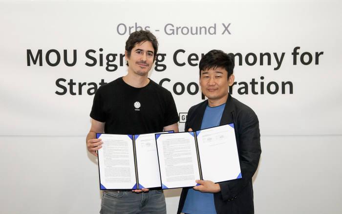 한재선 그라운드X 대표(오른쪽) 유리엘 펠레스 오브스 공동 창업자가 전략적 협업을 위한 업무 협약(MOU)을 체결하고 있다.