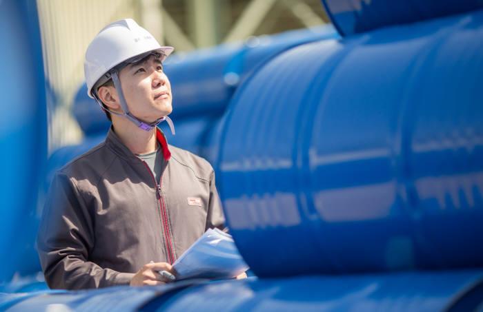 금호석유화학그룹은 올해부터 최고경영자(CEO)가 참여하는 환경안전 통합회의를 개최하고, 사업장별 환경안전 프로세스를 전반적으로 돌아보는 시간을 가지고 있다. 또한 환경지역사회와의 상생을 위해서도 노력하고 있다
