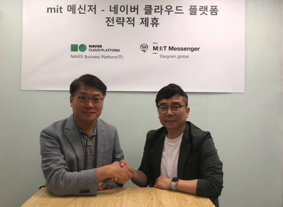 스타그램글로벌과 네이버비즈니스플랫폼(NBP)이 아시아 메신저 시장 공략을 위해 전략적 제휴를 체결했다. 김민수 스타그램글로벌 대표(오른쪽)와 정성균 NBP 대표가 사진촬영을 하고 있다. 스타그램글로벌 제공