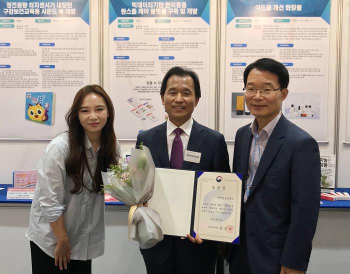 김종신 영진전문대학교 부총장(가운데)과 학교 관계자가 중기부 장관상을 받은 뒤 기념촬영했다.