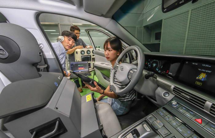 현대·기아차와 카카오는 인공지능 플랫폼 카카오 i의 기술이 적용된 스마트 스피커 카카오미니 기능을 2019년 이후 현대·기아차에 탑재하는 것을 목표로 공동 개발 프로젝트를 시작했다. 사진은 현대·기아차 연구원들이 남양연구소에서 지능형 음성인식 비서 서비스 기술을 개발하고 있는 모습.