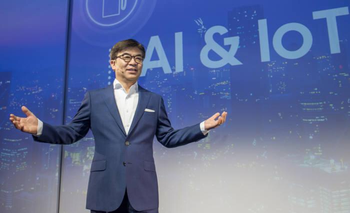 김현석 삼성전자 대표이사가 IFA 2018 프레스 콘퍼런스에서 발표하고 있다.