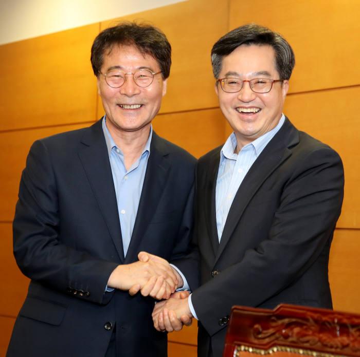지난 29일 김동연 경제부총리 겸 기획재정부 장관(오른쪽)과 장하성 청와대 정책실장이 만났다. 두 사람은 당초 격주로 만나기로 했지만 지난 7월 회동 후 54일만에 이번 만남이 성사됐다.