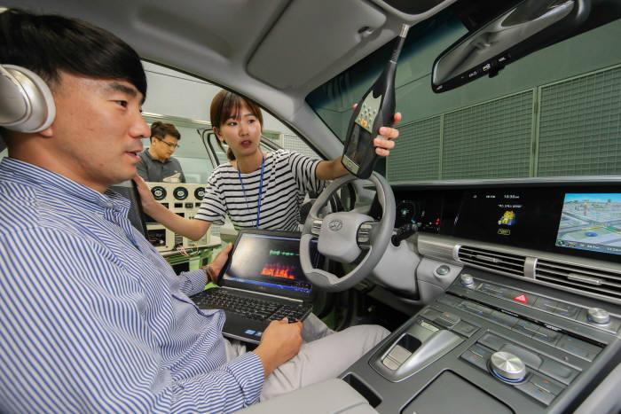현대·기아차 연구원들이 남양연구소에서 지능형 음성인식 비서 서비스 기술을 개발하는 모습.