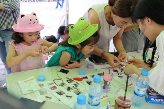 국립광주과학관은 9월 15~16일 광주시와 공동으로 2018 광주과학발명페스티벌을 개최한다. 지난해 열린 2017광주과학발명페스티벌 모습.