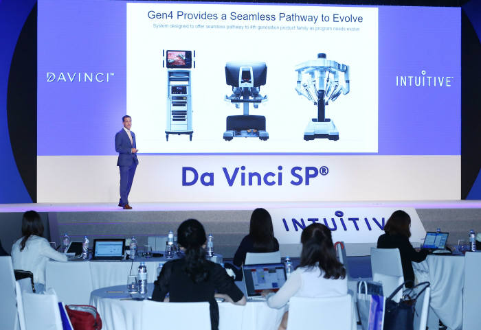 30일 서울 남산에서 개최된 기자간담회를 통해 조셉 프리들린 인튜이티브서지컬 글로벌 프로덕트 마케팅 총괄이 신제품 다빈치SP 특징을 설명하고 있다.