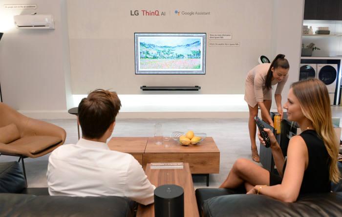 IFA2018에서 LG전자 모델이 LG전자 인공지능 플랫폼 씽큐를 체험하고 있다.