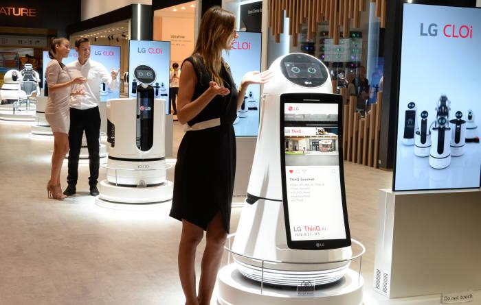 독일 베를린에서 개최된 IFA2018에서 LG전자 모델이 클로이 로봇을 체험하고 있다.