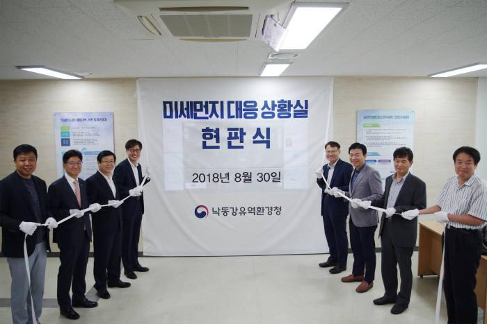 김준근 KT GiGA IoT 사업단장(왼쪽 4번째)과 신진수 낙동강유역환경청장(왼쪽 5번째) 등 을 비롯 양 기관 주요 관계자가 미세먼지 관리 시스템 개통 기념식에 참석했다.