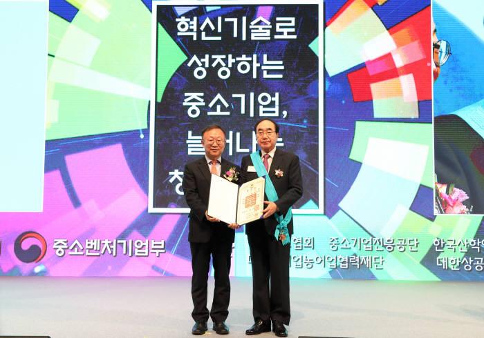 석종훈 중소벤처기업부 창업벤처혁신실장(왼쪽부터)과 최오길 (주)인팩 대표가 기념촬영하고 있다. 인팩은 이날 산업훈장 금탑을 수상했다.