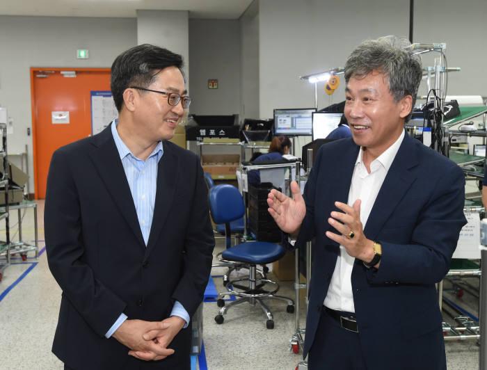 김동연 경제부총리 겸 기획재정부 장관(왼쪽)이 메디아나 관계자로부터 설명을 듣고 있다.