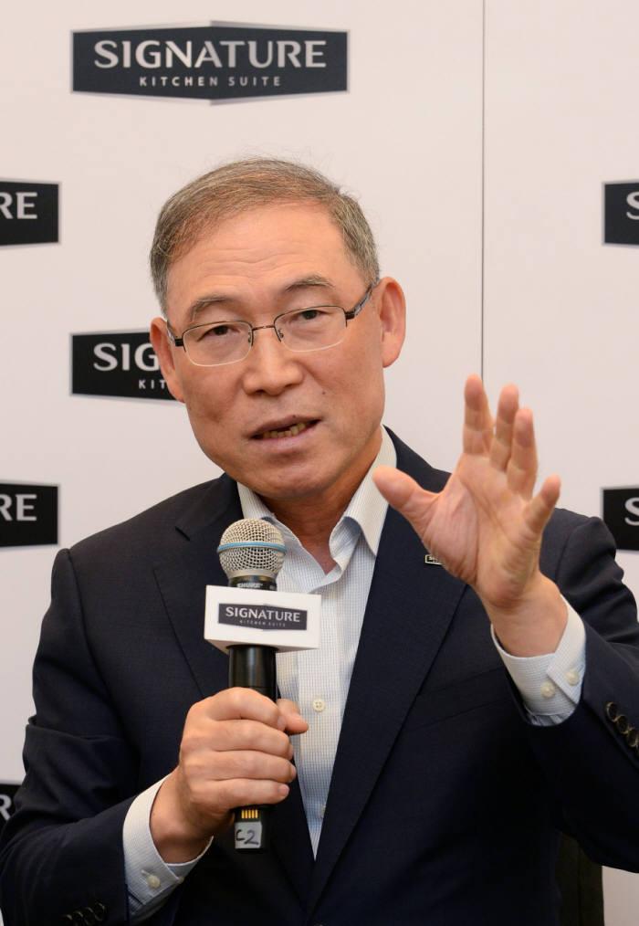 송대현 LG전자 H&A사업본부장 사장이 현지시간 30일 독일 베를린에서 기자간담회를 갖고 글로벌 생활가전 시장을 선도하기 위한 사업 전략을 밝히고 있다.