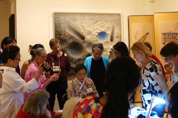공예기술 교환 워크숍 진행 모습. 참여자들에게 한국의 전통섬유공예에 대해 설명하고 있다.