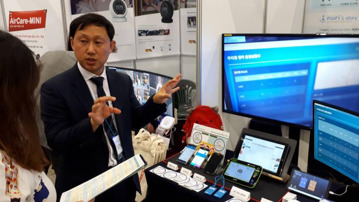 31일 정부세종컨벤션센터에서 열린 어린이집 통학차량 내 아이 확인 장치 설명회 현장에서 참여 업체 직원이 제품 기능을 설명하는 모습