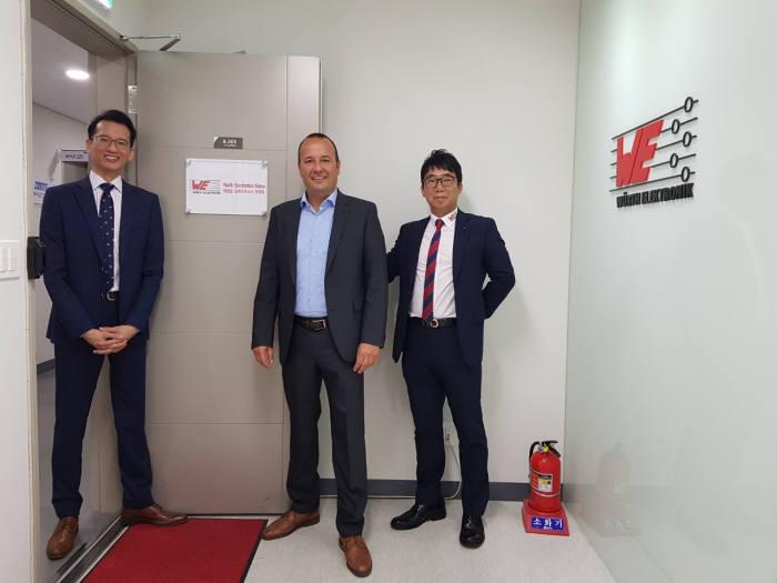 독일 뷔르트일렉트로닉스 토마스 슈럿 대표(사진 가운데)가 한국사무소를 개소한 이후 관계자들과 기념 촬영하고 있다.
