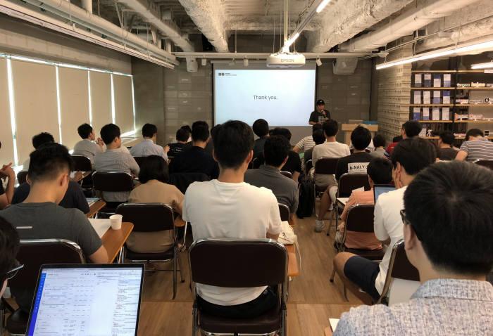 30일 서울 삼성동 스타트업얼라이언스에서 정낙수 네이버비즈니스플랫폼(NBP) 클라우드 아키텍트가 스타트업 개발자 50여명을 대상으로 IT 인프라의 중요성에 대해 설명하고 있다.